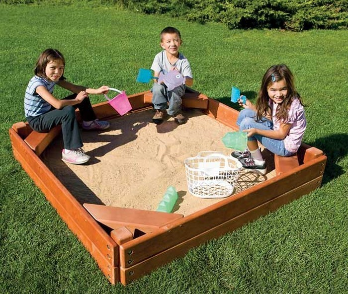 sandkasten-selber-bauen-drei-Kinder-im-Sandkasten
