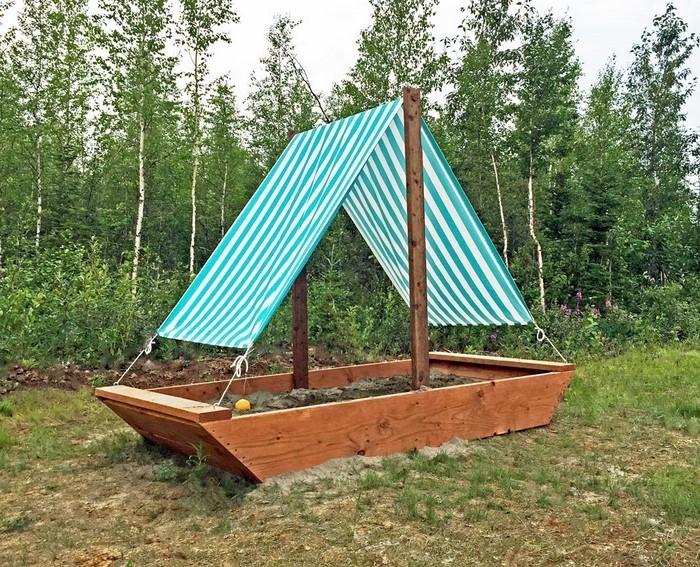 sandkasten-selber-bauen-ein-Boot-als-Sandbox-Gestaltung