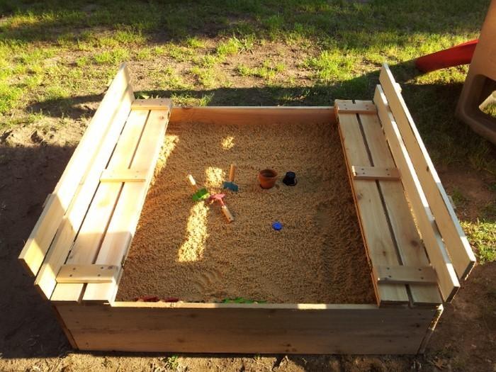sandkasten-selber-bauen-ein-offenes-Sandkasten-draussen
