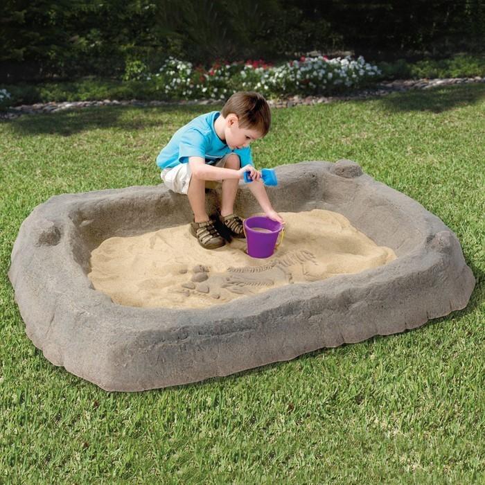 sandkasten-selber-bauen-ein-prähistorisch-Sandkasten-und-ein-Kind