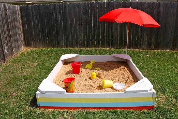 sandkasten-selber-bauen-kleiner-Sandkasten-mit-einem-Schirm