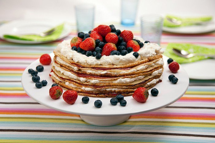 schöne-torte-pfannkuchen-und-erdbeeren