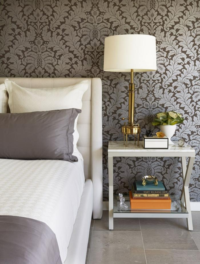 schlafzimmer tapeten ideen einrichtung in weiß und grau tischlampe schlafzimmerdeko zimmergestaltung