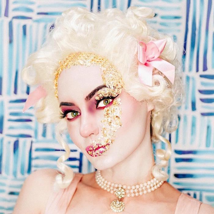 Marie Antoinette Make up für Halloween, roter Lidschatten und Lippenstift, weiße Perücke, goldene Pailletten