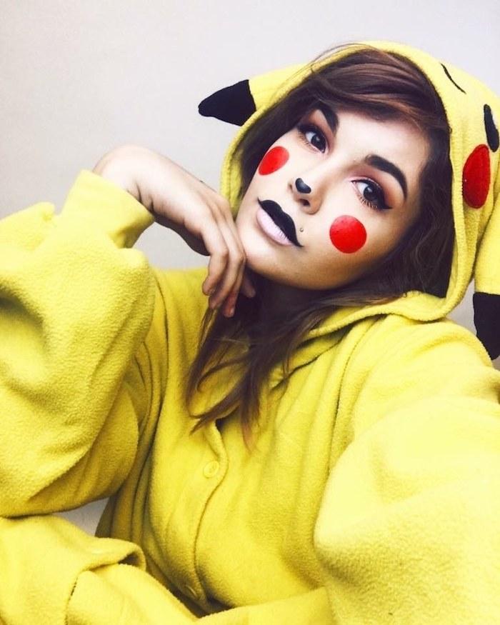 Last Minute Halloween Kostüm, Pikachu Jumpsuit, rote Kreise an den Wangen, schwarzer Lippenstift und Punkt an der Nase