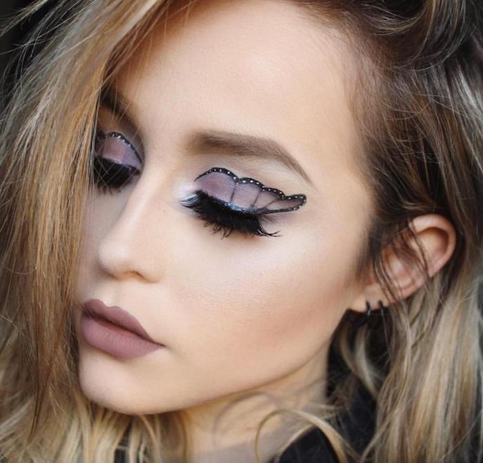 Schmetterling Augen Make up in Grau und Schwarz, matter Lippenstift, blonde offene Haare