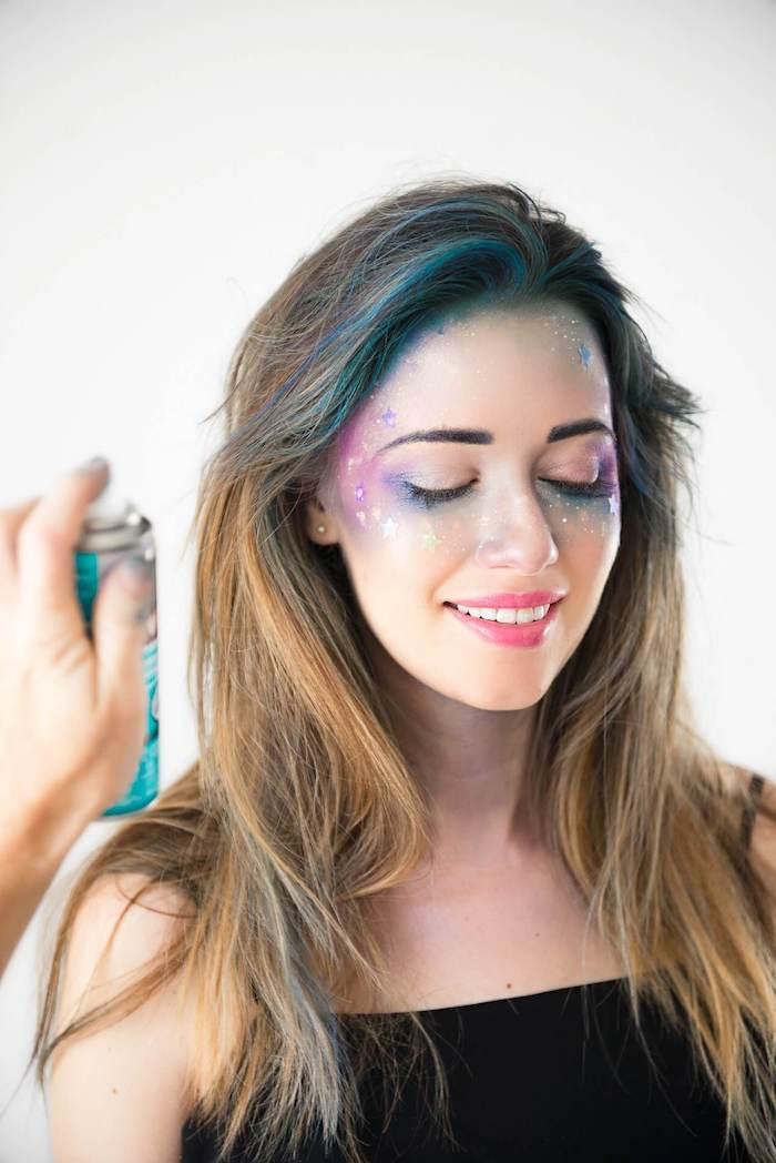 Idee für Galaxie Schminke, Haare mit blauem Spray besprühen, Schminke in Blau und Lila mit kleinen Sternen