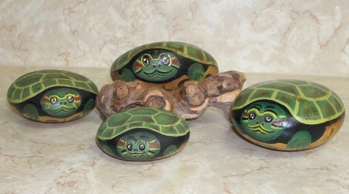 steine-bemalen-kleine-schildkröten-auf-steine-malen