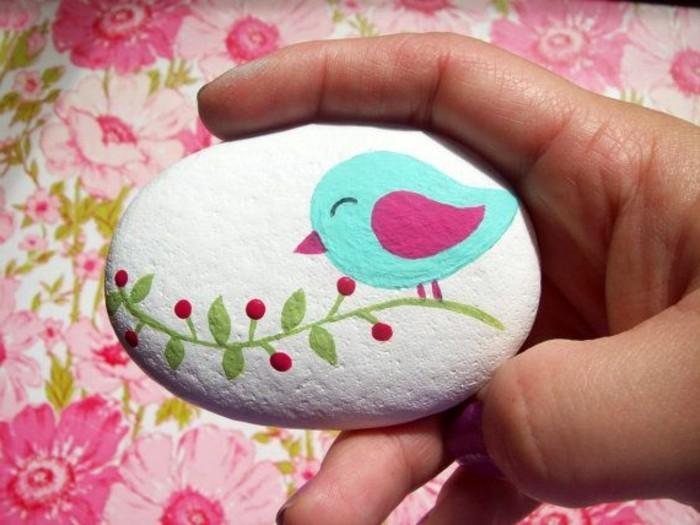 steine-bemalen-stein-mit-einem-bunten-vögel