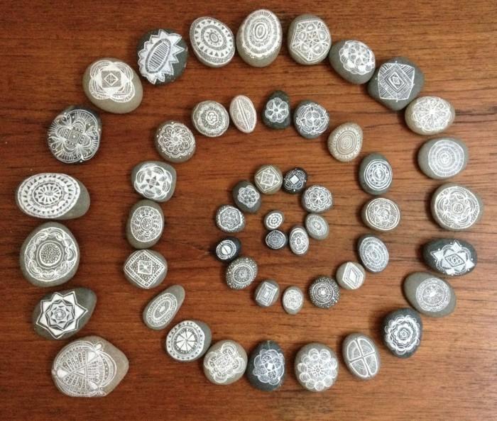 steine-bemalen-steinchen-mit-weißen-motiven