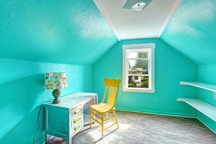 blaue wände im schönen büroraum mit einem gelben stuhl