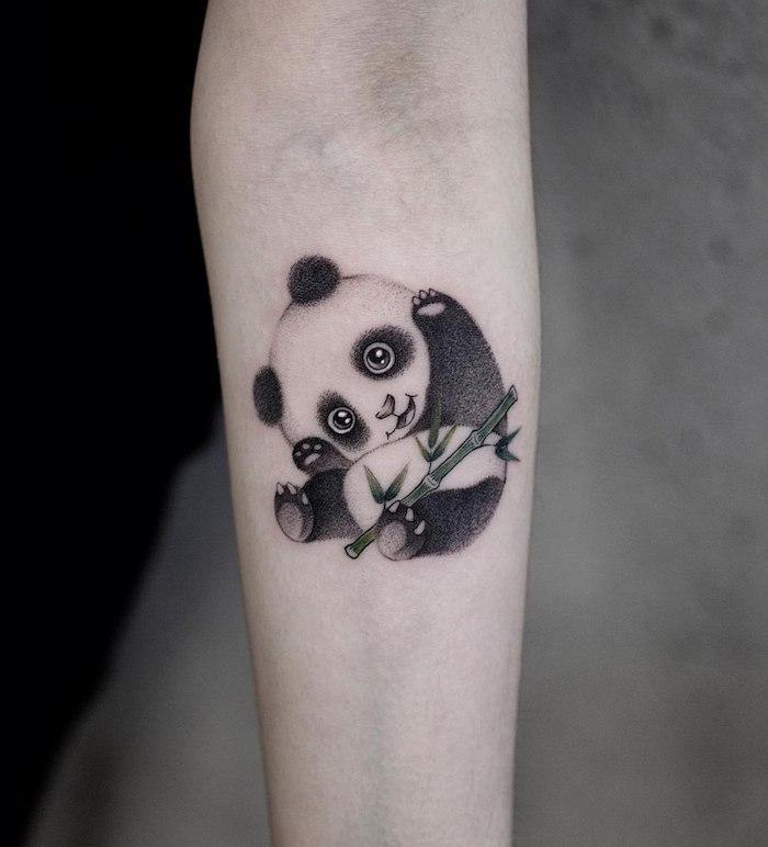 Panda Tattoo am Unterarm, Baby Panda mit Bambus, süße Tattoo Motive, kleines Arm Tattoo