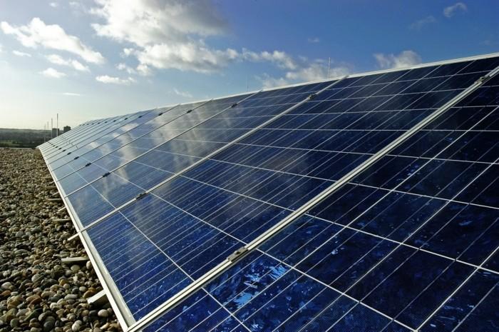 Im Neubaugebiet Riedberg wurde die neue Schule mit einer Fotovoltaikanlage auf dem Dach ausgestattet. Gefšrdert von Mainova.