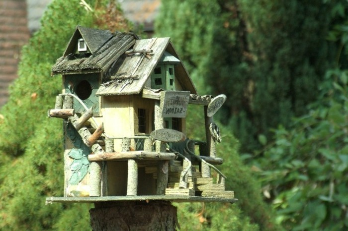 vogelfutterhaus-selber-bauen-bauen-ein-gemütlich-aussehendes-vogelfutterhaus-selber-bauen