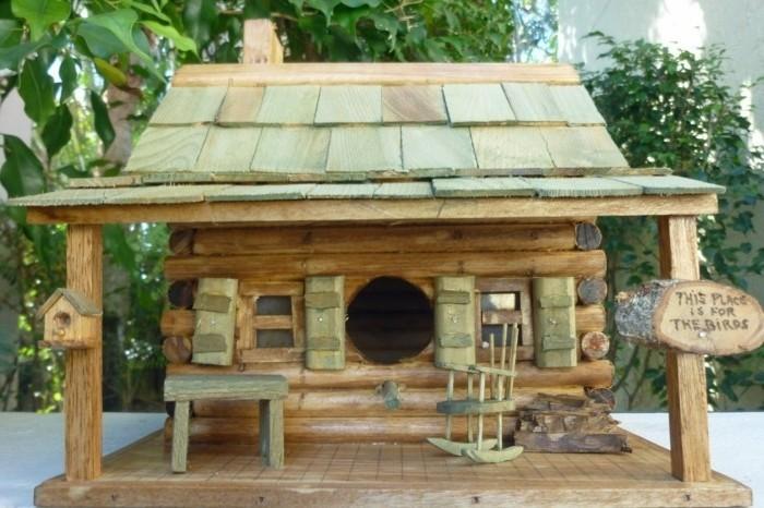 vogelfutterhaus-selber-bauen-ein-gemütlich-aussehendes-vogelhaus