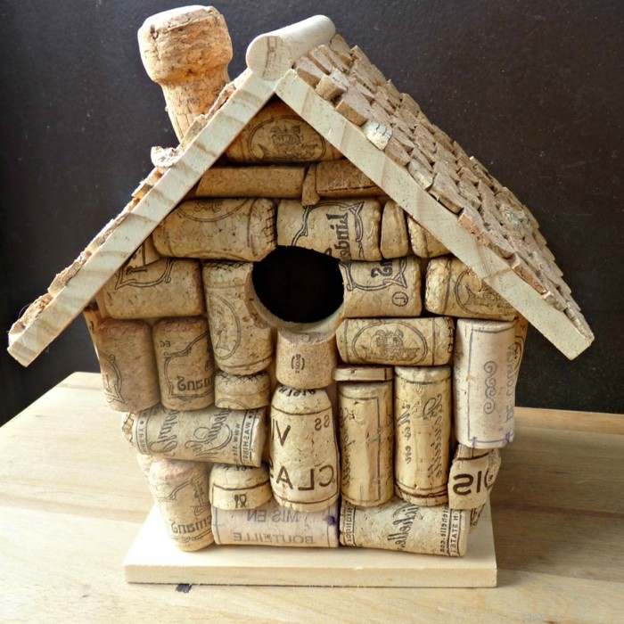 vogelfutterhaus-selber-bauen-mit-einem-vogelhaus-kann-man-der-vögel-helfen