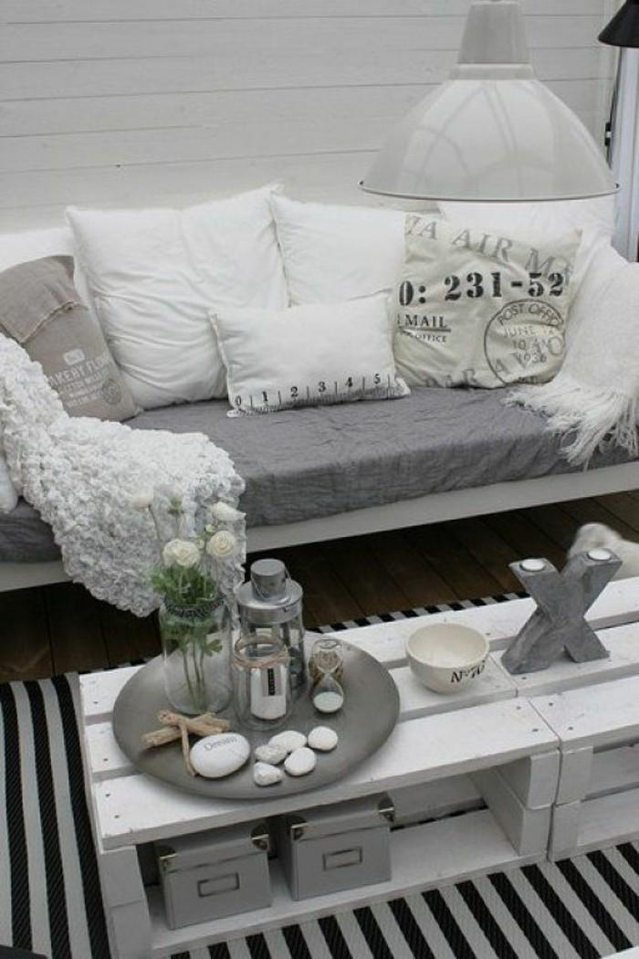 paletten ideen wohnzimmer: Couchtisch-selber-bauen-aus-paletten-schwarz-weißer-teppich-darunter