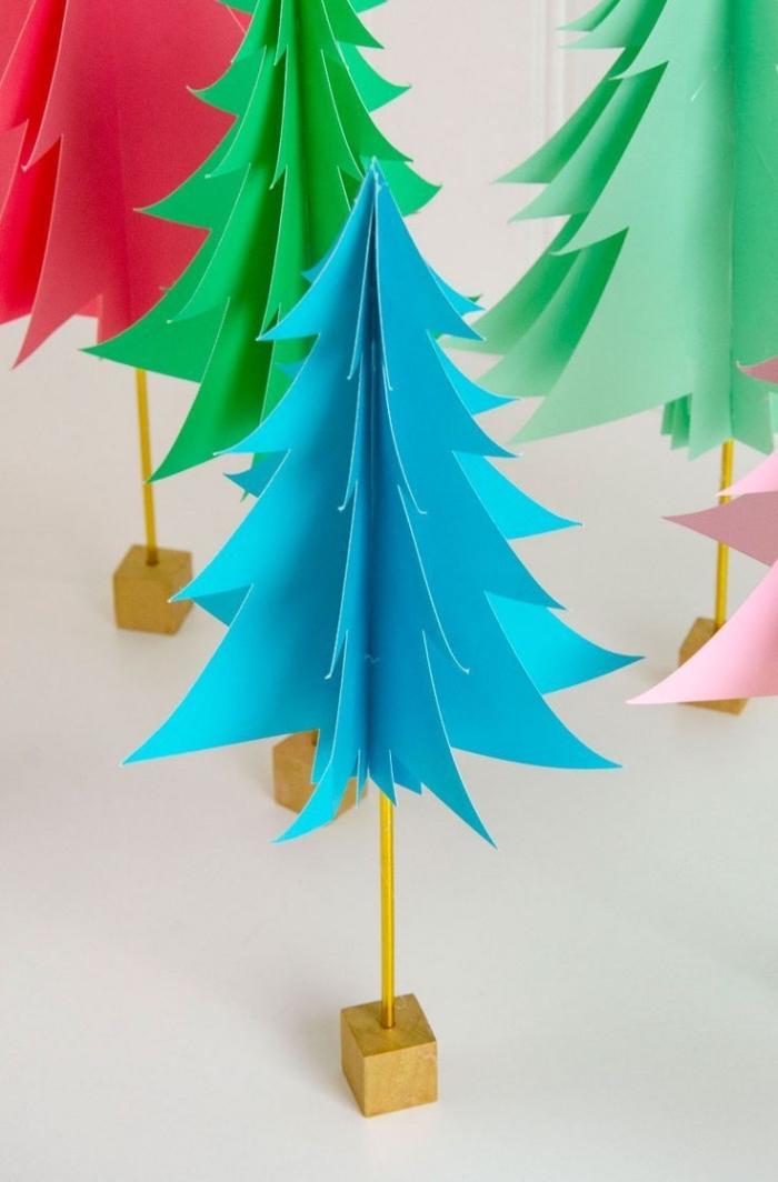 kleine weihnachtsbäume aus buntem bastelpapier, weihnachtsbasteln mit papier, tischdeko