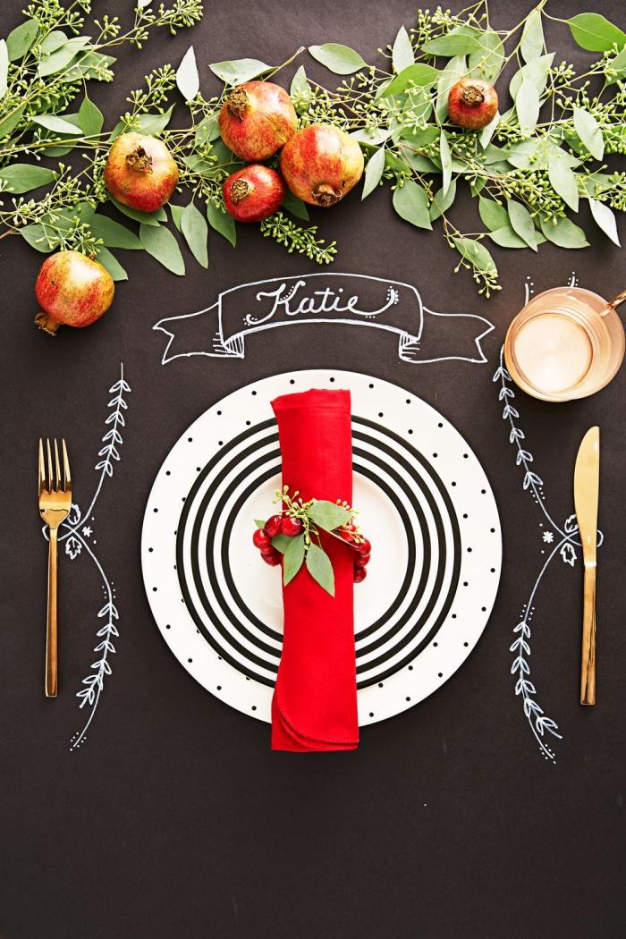 weihnachtsbasteln mit papier, teller in weiß und schwarz, rote serviette, tischdeko zum weihnachten
