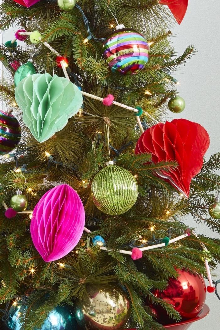 weihnachtsbaateln mit papier, weihnachtsbaum schmücken, weihanchtsschmuck aus wabenbällchen
