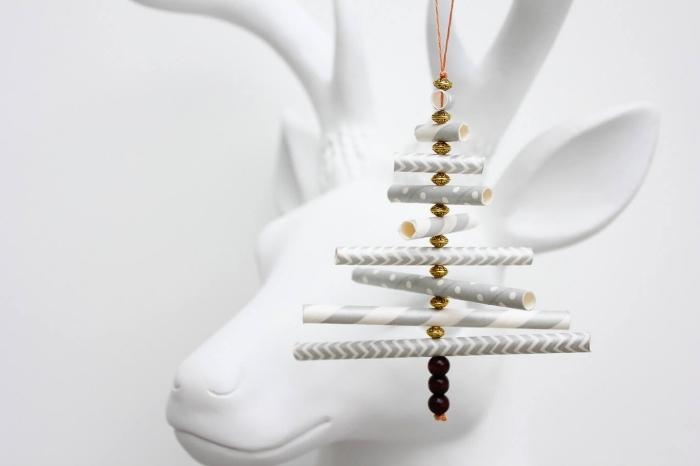 weihnachtsbaum mit papier, weihanchtschmuck aus papierhalten, diy schmuck