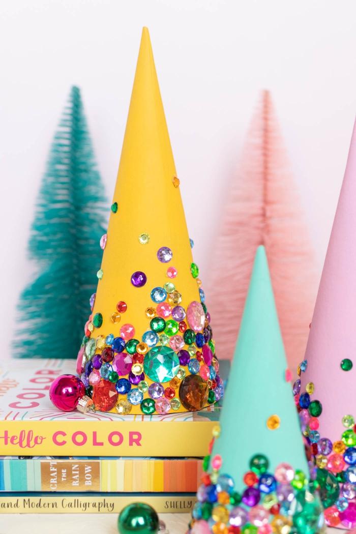 weihnachtsdeko basteln mit papier, christbäume aus carstock dekoriert mit bunten strassteinchen