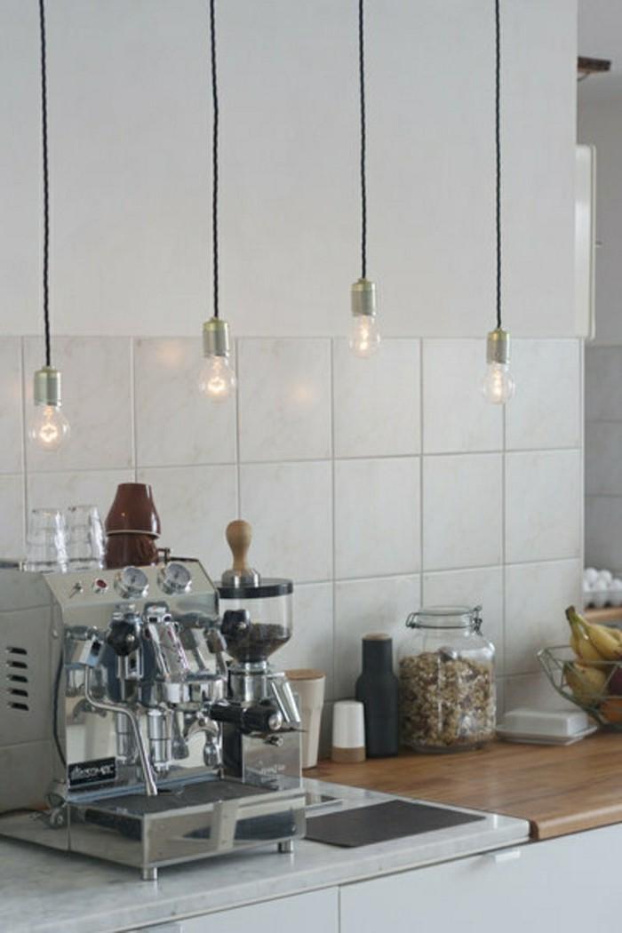 wunderschöne-küchendeko-mit-hängenden-leuchten-und-weißen-fliesen