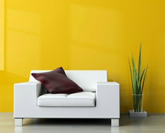 wunderschöne-wandfarben-ideen-gelbe-wand-weißer-sessel
