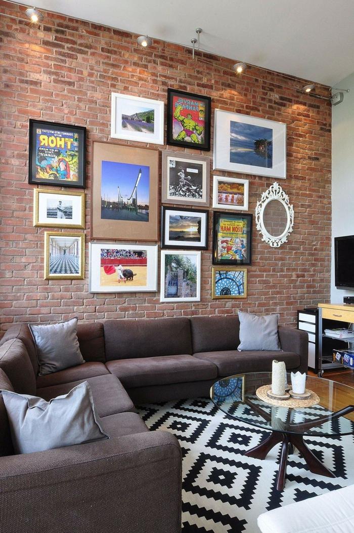 rote Backsteinwand, Wohnzimmer Ideen modern, Bilder und Fotos an der Wand, geometrischer Teppich, Ecksofa