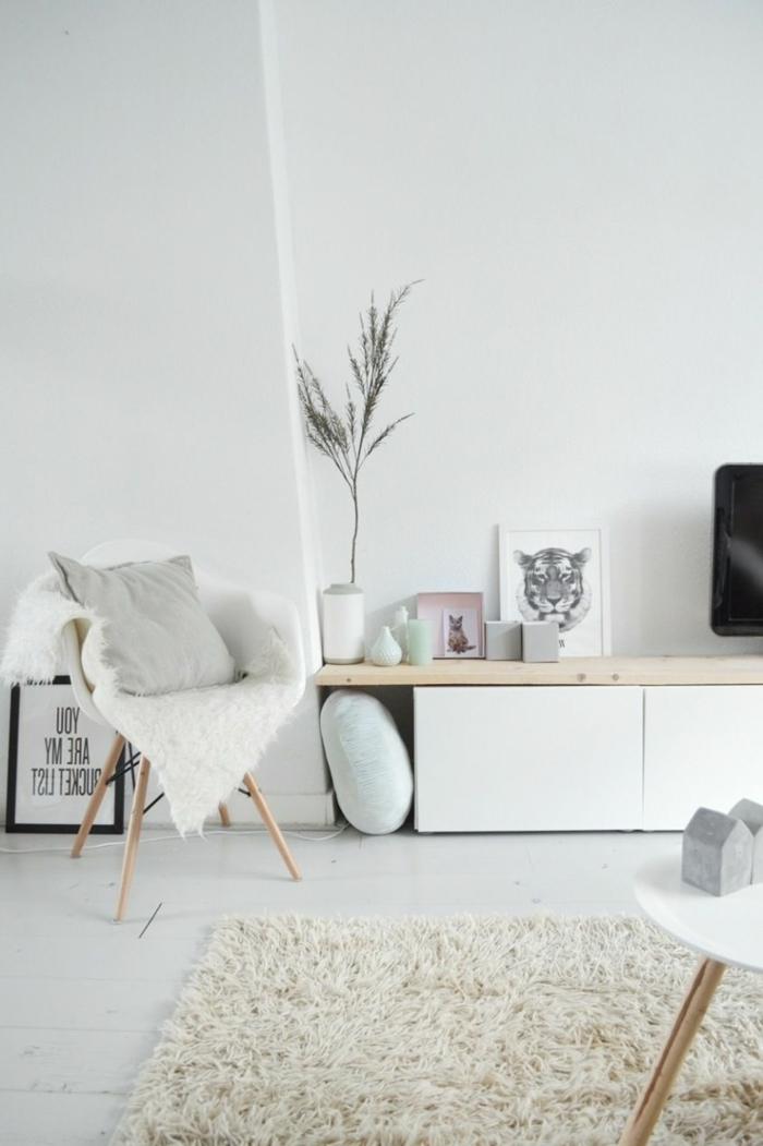 Wohnzimmer einrichten modern, minimalistischer Stil der Einrichtung, simple Gestaltung, flaumiger Teppich