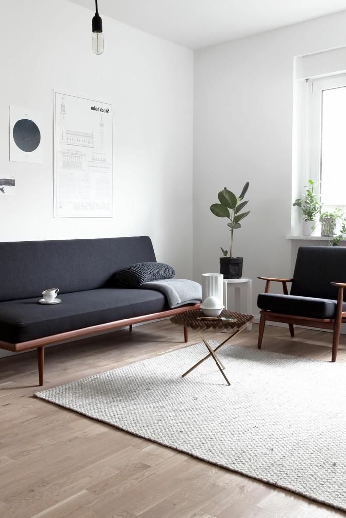 Minimalistischer Stil der Einrichtung, moderne Wohnzimmermöbel, kleine und große Pflanzen, Kunst an der Wand