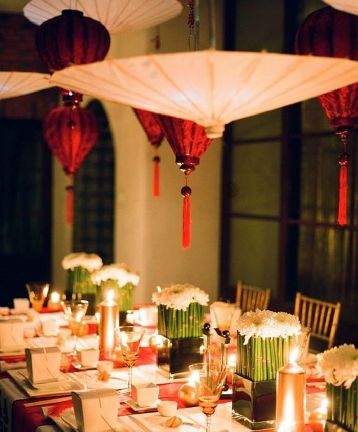 Asiatische-Tischdeko-mit-hängenden-Laternen