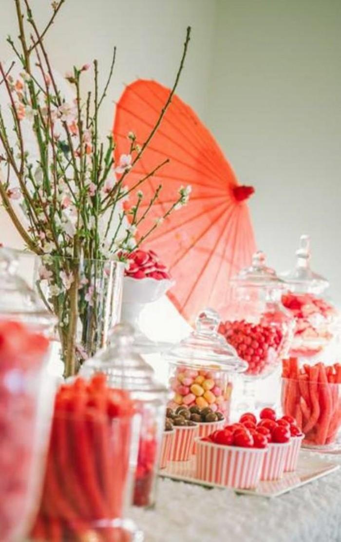 Asiatische-Tischdeko-mit-rotem-Schirmchen