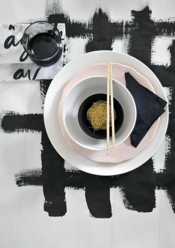 Asiatische-Tischdekoration-mit-Zeichen-von-Kaligraphie