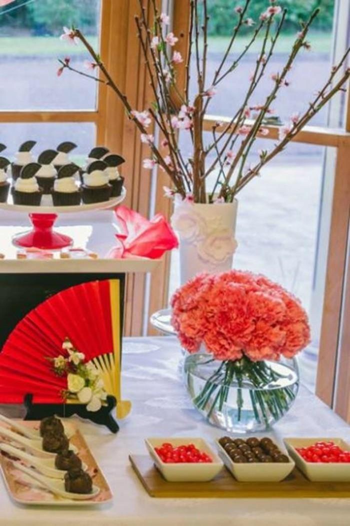 Asiatische-Tischdekoration-mit-japanischer-Kirschblüte