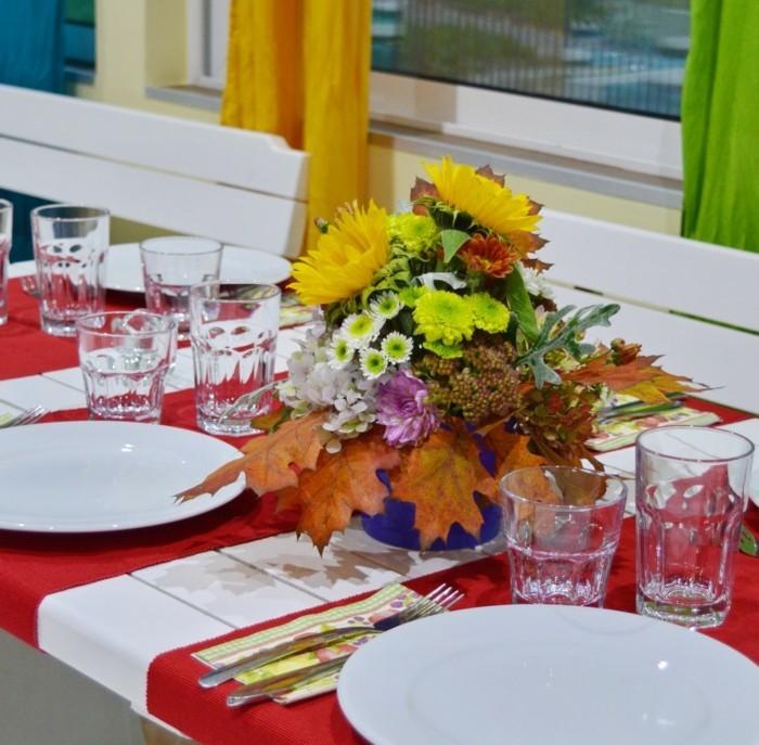 Einfache-Tischdeko-Sonnenblumen-und-Blätter