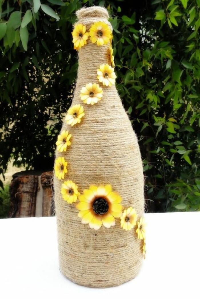 Einfache-Tischdeko-eine-Flasche-mit-Sonnenblumen