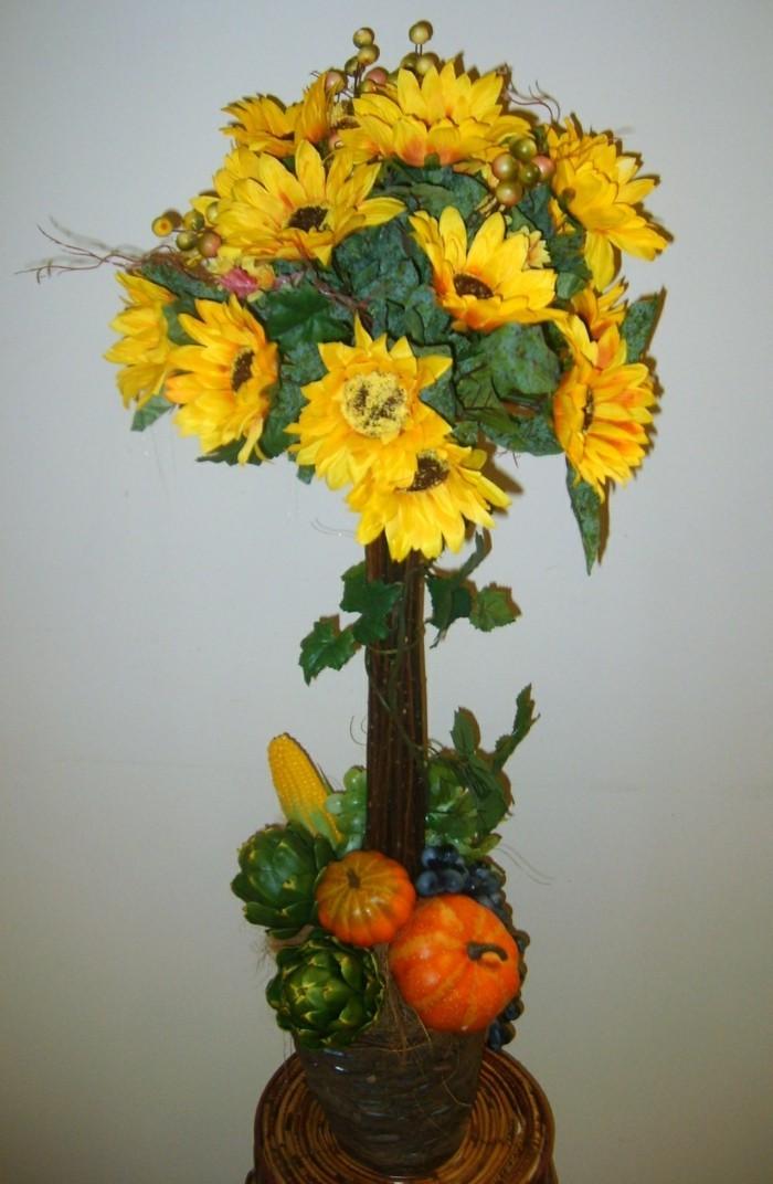 Einfache-Tischdeko-mit-Sonnenblumen-und-künstliche-Früchte