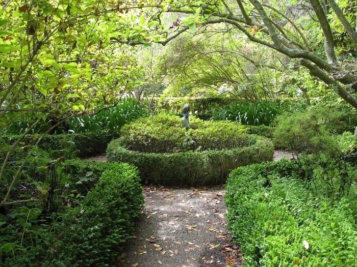 Gartenwege-gestalten-Eine-außergewöhnliche-Deko