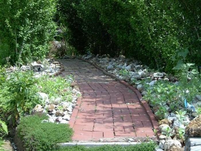 Gartenwege-gestalten-Eine-auffällige-Deko
