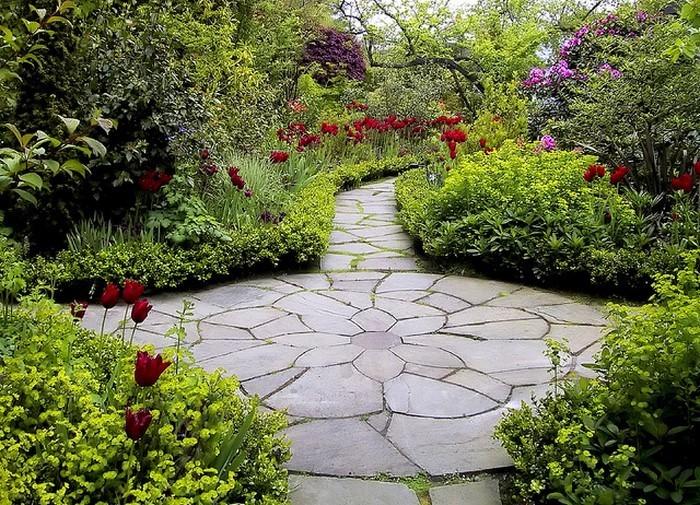 Gartenwege-gestalten-Eine-auffällige-Dekoration