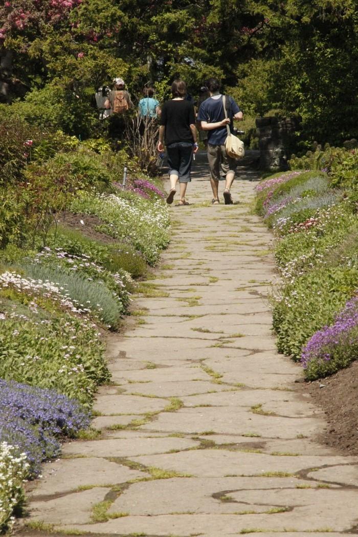 Gartenwege-gestalten-Eine-coole-Ausstattung