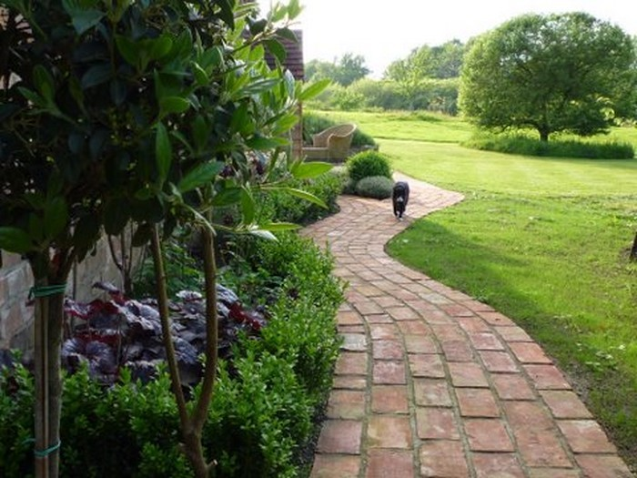 Gartenwege-gestalten-Eine-kreative-Deko