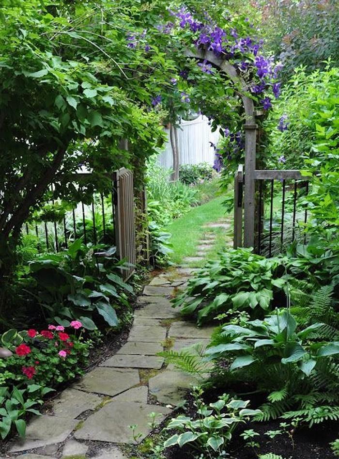 Gartenwege-gestalten-Eine-moderne-Atmosphäre