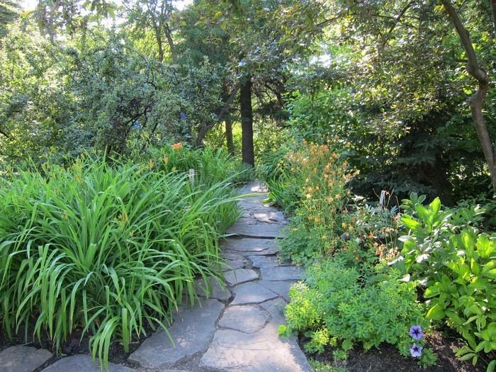 Gartenwege-gestalten-Eine-moderne-Gestaltung