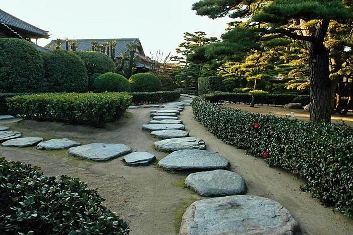 Gartenwege-gestalten-Eine-verblüffende-Dekoration