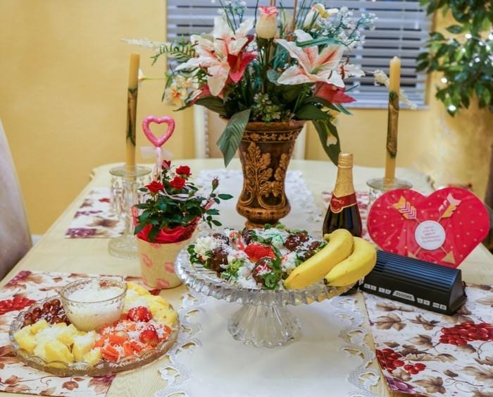 Herz-Deko-viele-Kerzen-und-Früchte