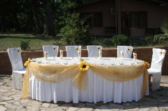 Hochzeitsdeko-mit-Sonnenblumen-delikater-Schmuck