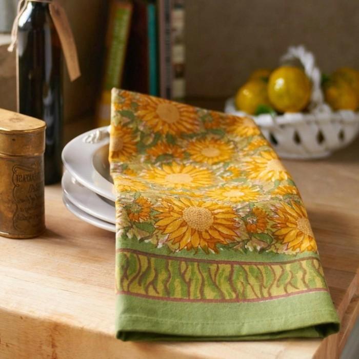 Künstliche-Sonnenblumen-auf-einer-Decke