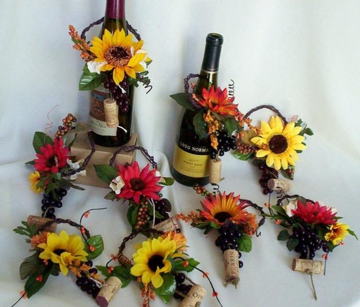 Künstliche-Sonnenblumen-und-Flaschen-Wein